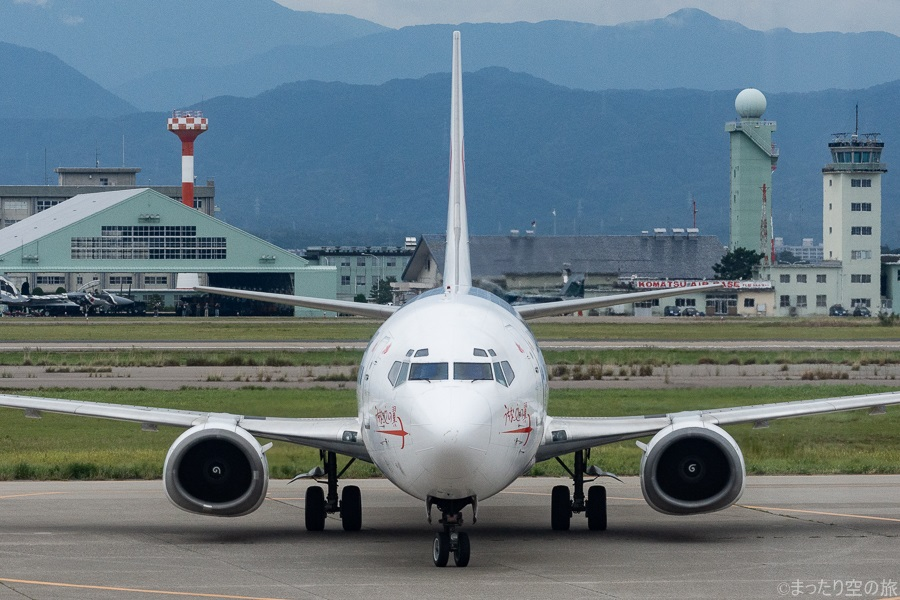 オムスビ型のエンジン形状が特徴的なB737-400の正面