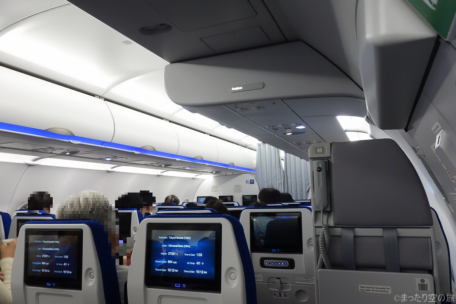 個人モニターが並ぶ機内の様子