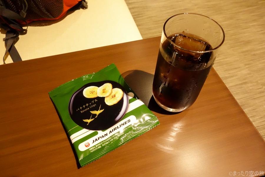 コーラとバナナチップスのおつまみ