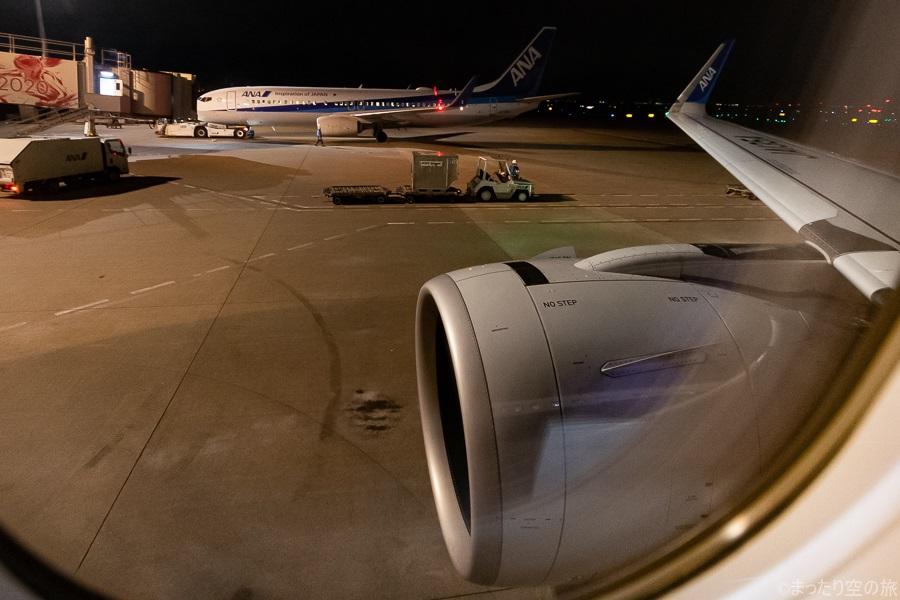 羽田空港到着後の機内から見えるエンジン