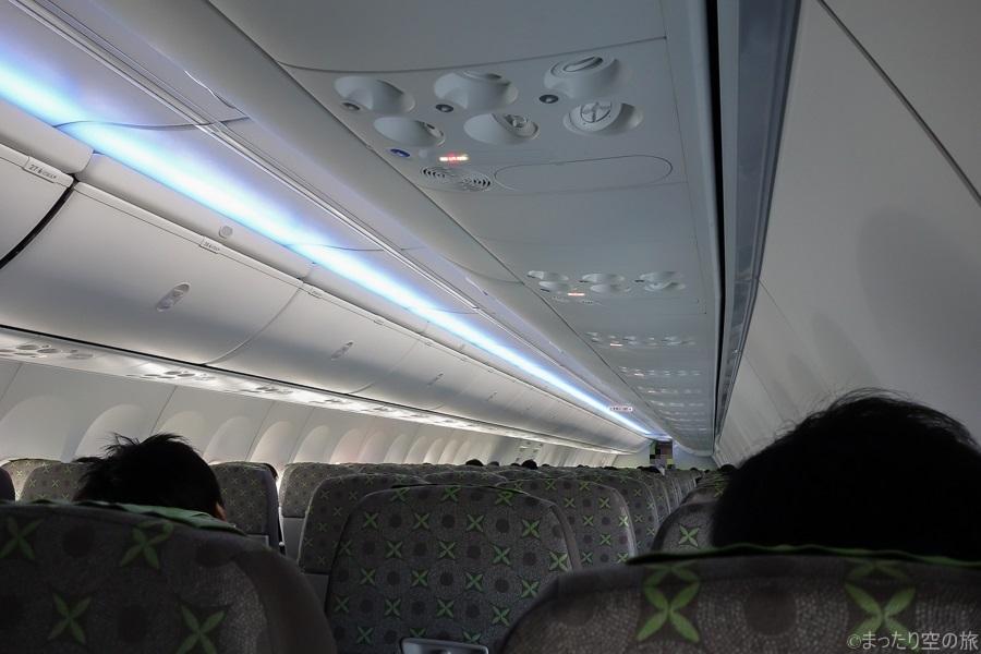 青色のLED照明が点灯した機内の様子