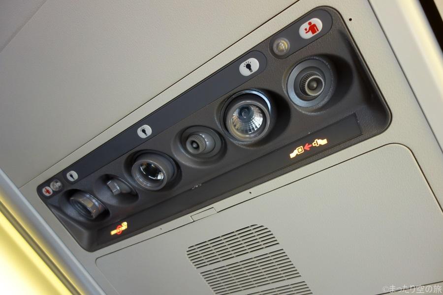 座席上部の読書灯や個別空調や各種サイン類