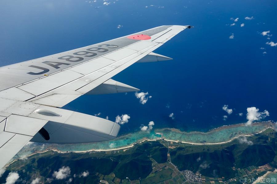 上空から見えたエメラルドグリーンの海