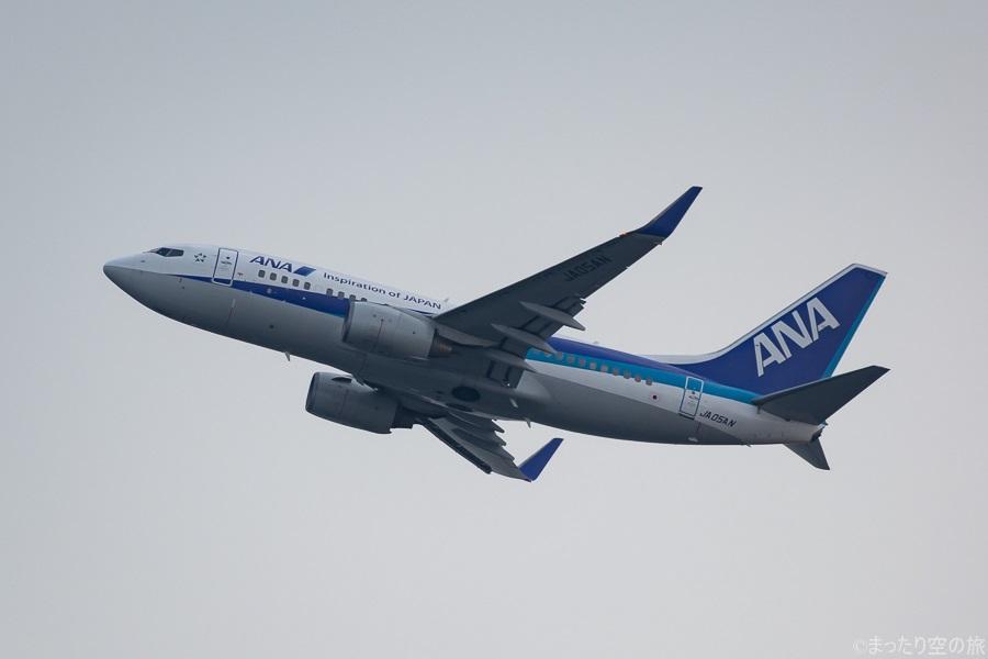 岩国空港を離陸するANAのB737-700