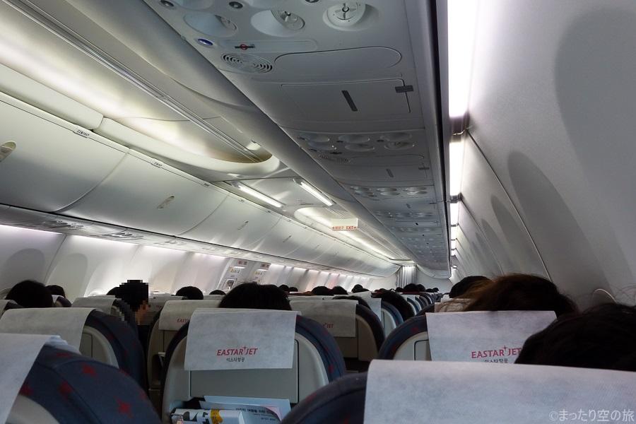 寝ている人が多い機内の様子