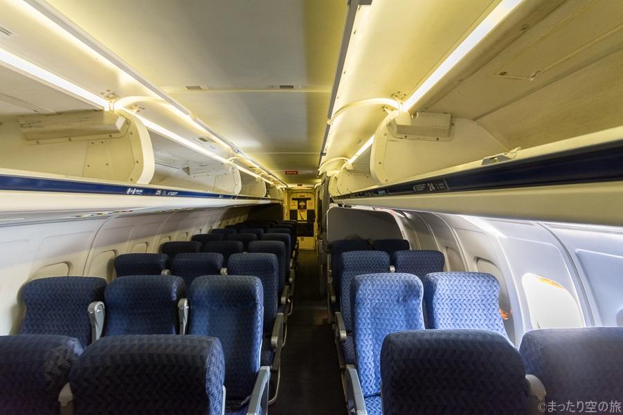 MD-83型機の前方から見た機内の様子
