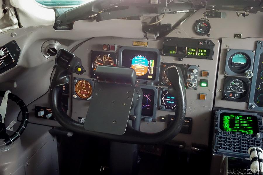 MD-83のコックピット内の様子