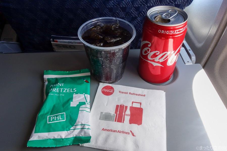 コーラとおつまみの機内サービス