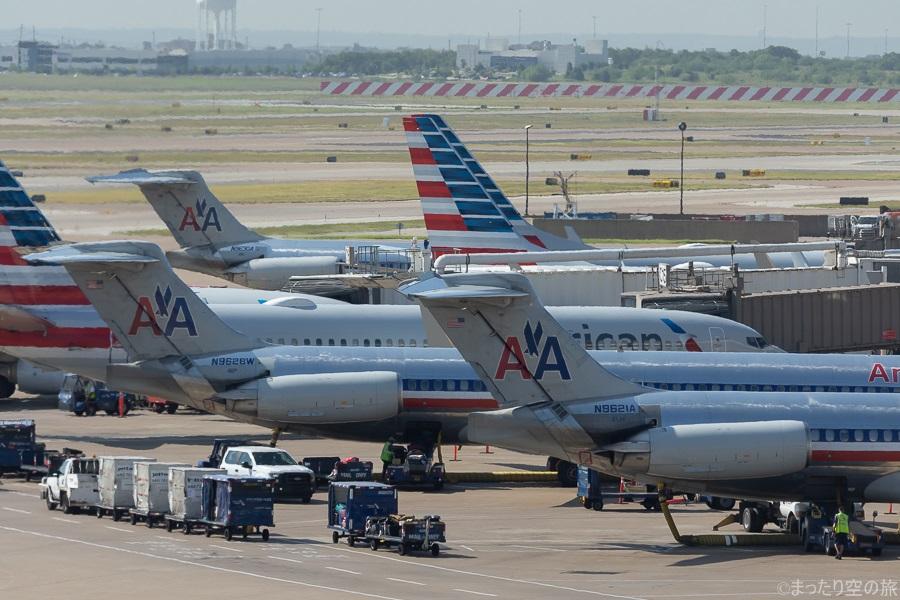 ダラス・フォートワース空港に並ぶアメリカン航空のMD-83型機