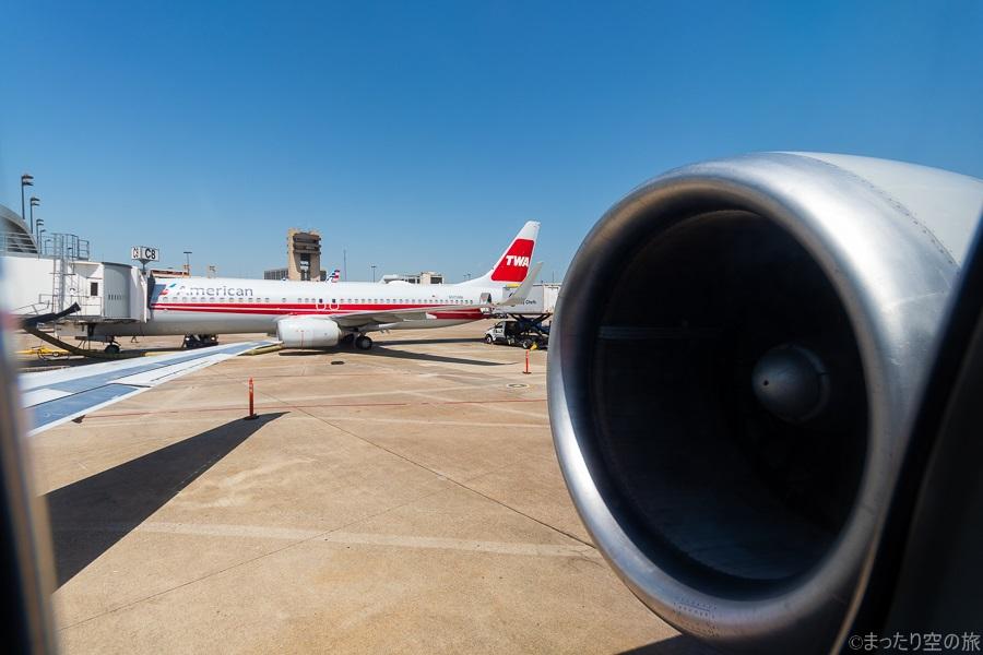 自機から見える隣に駐機するTWAレトロ塗装のB737型機