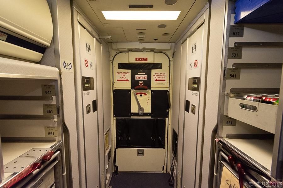 機体最後部のトイレと非常口の扉