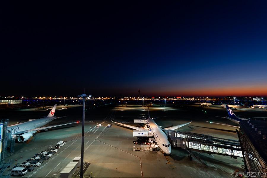 夜明けの羽田空港