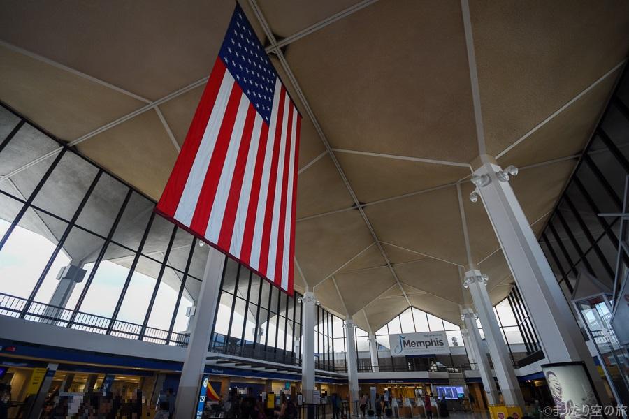 メンフィス国際空港内に掲げられたアメリカ国旗