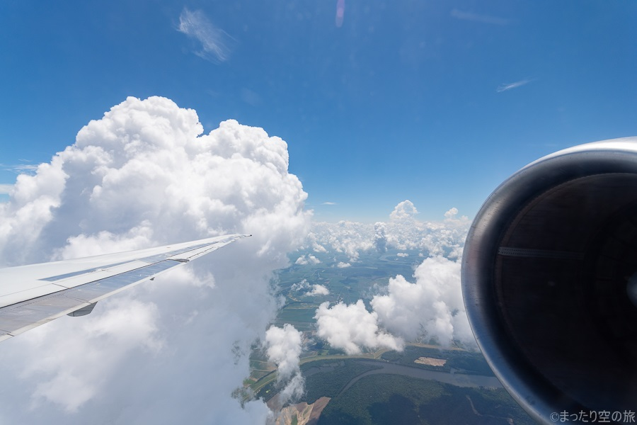 降下中に見えた夏の雲