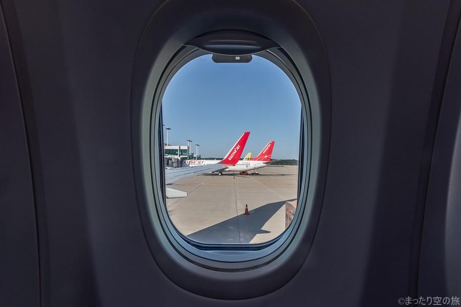 窓から見える隣に駐機するイースター航空