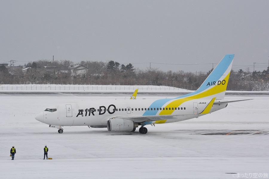 雪の積もる函館空港を出発するB737-700