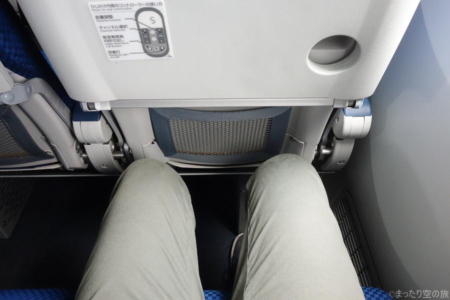 普通席着席時の足元の広さ