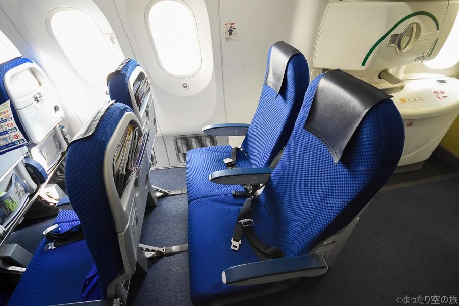 機内最後部の2人掛けの座席