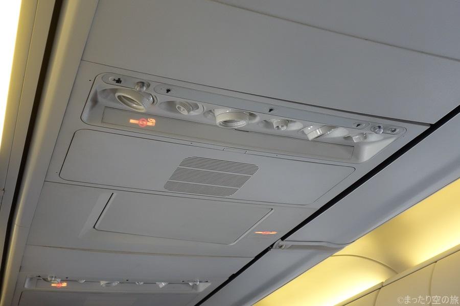 天井の個別空調・読書灯など