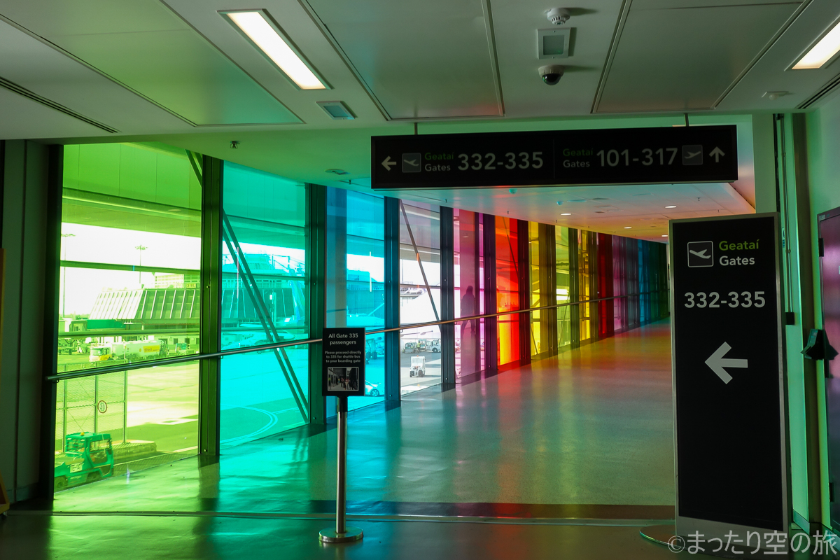 ダブリン国際空港内のカラフルな窓