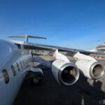 T字の尾翼と高翼と4発エンジンの機体