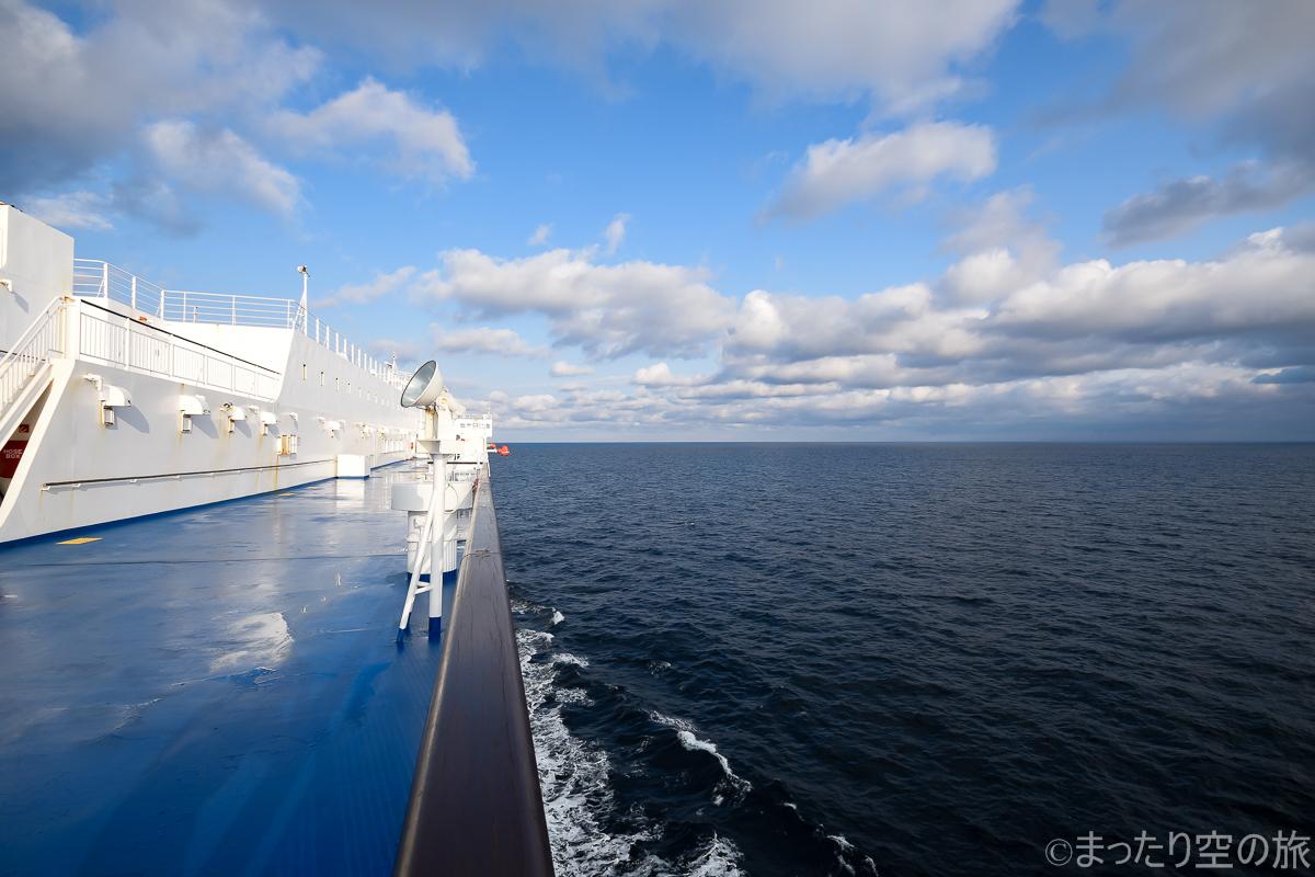 苫小牧へ向けて航行中の船体