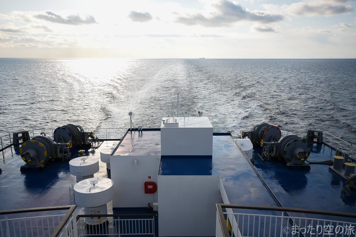 船尾からたなびく航跡