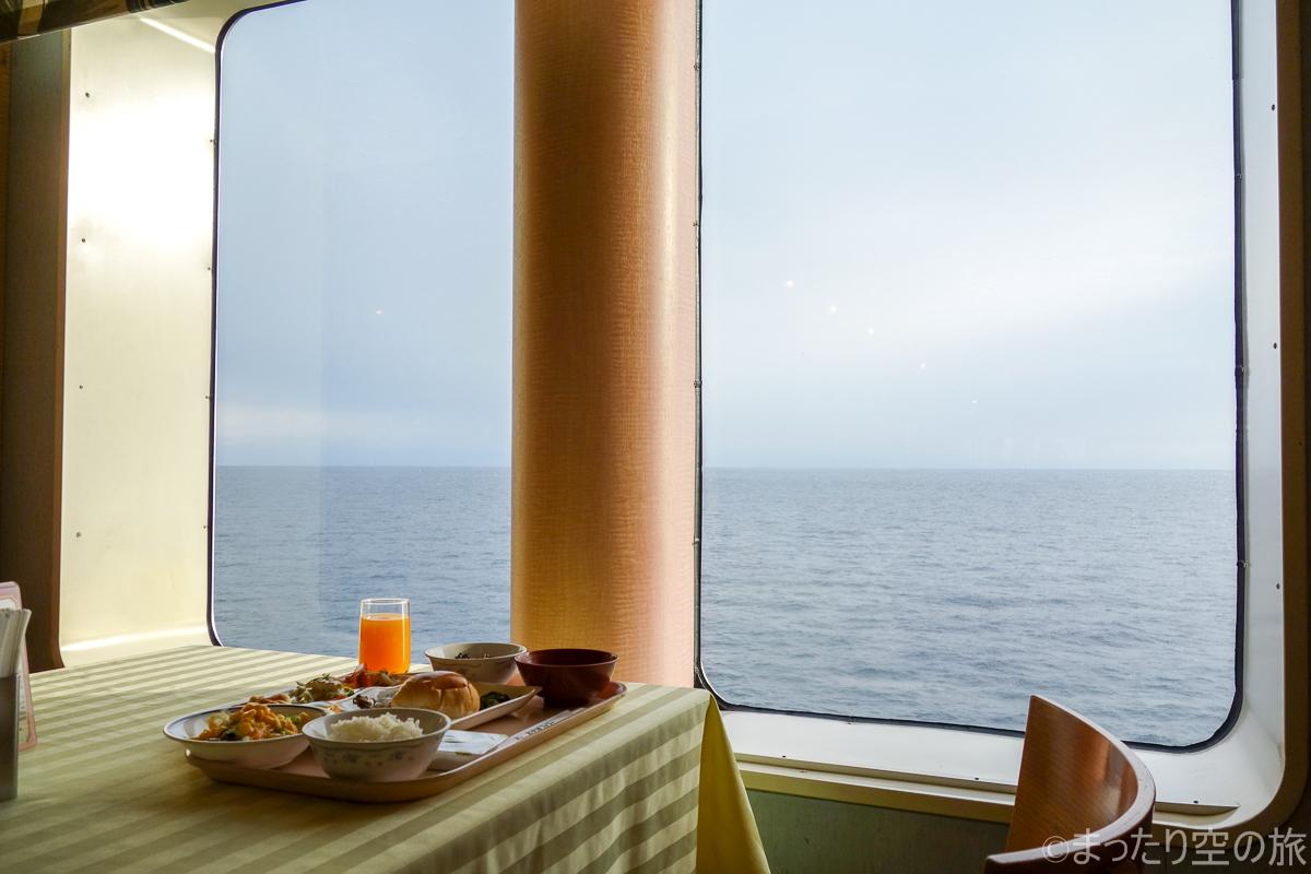窓側席での朝食の様子