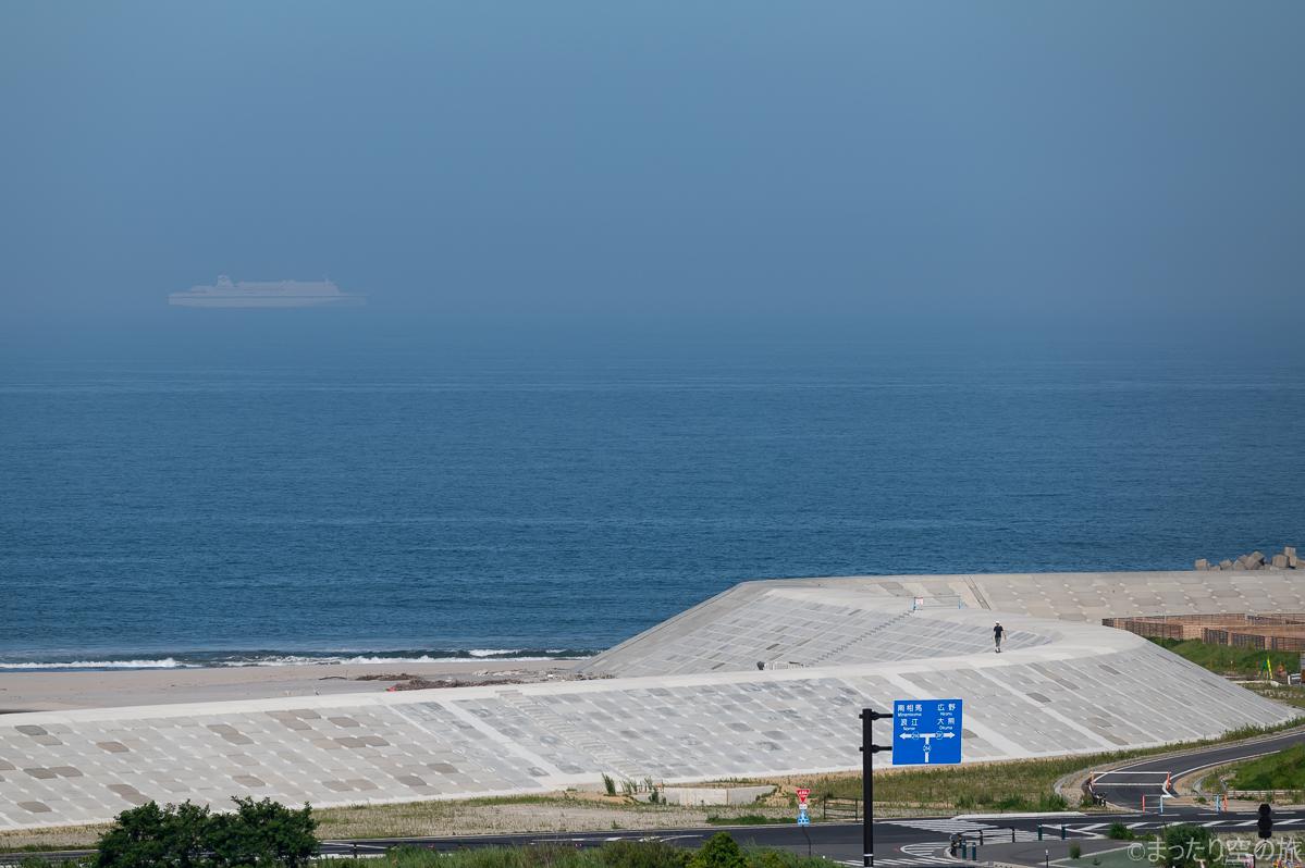 陸から見た福島第一原発沖を航行する太平洋フェリー