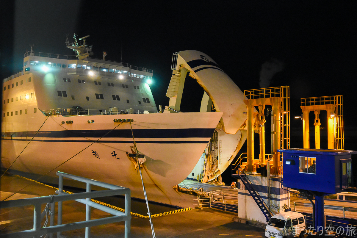 乗用車やトラック昇降用の船首のハッチ