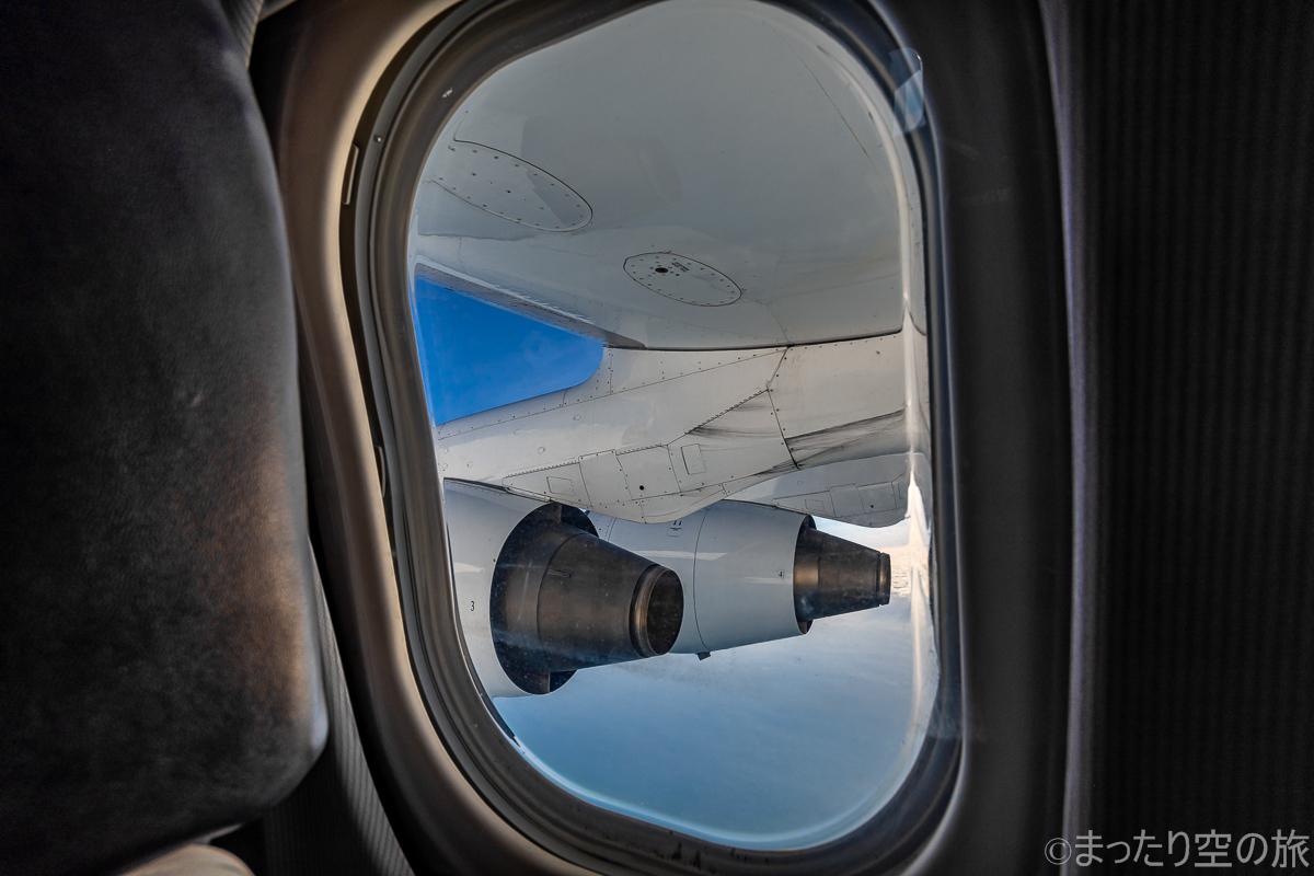 窓枠から見えるエンジンと翼
