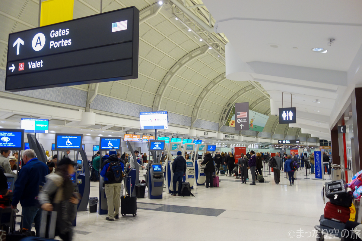 トロント国際空港のチェックインカウンター