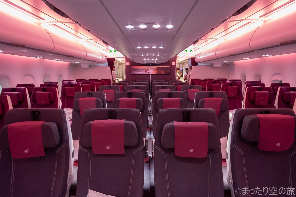 メインデッキの機内の全景
