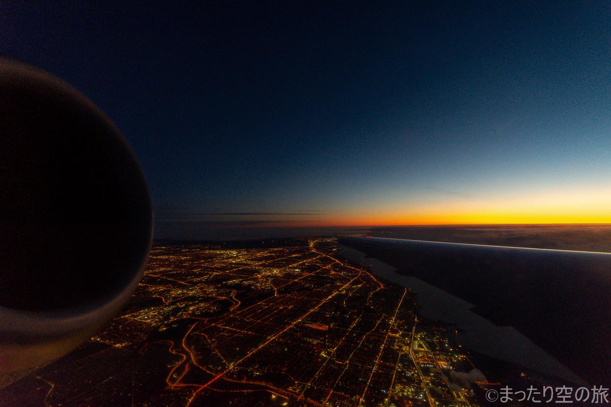 トロント上空の街灯の明かりと夜明けの大空