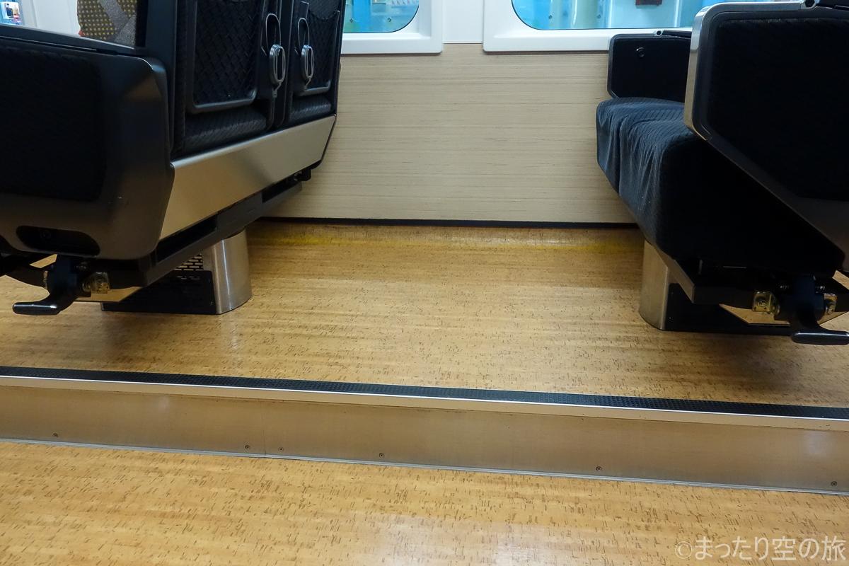 通路と座席の段差