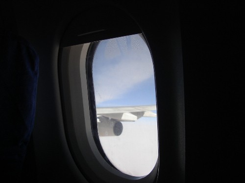 A340-300型機機内から見た第4エンジンの景色