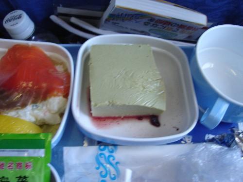 北京からパリ路線で提供された中国国際航空の機内食のケーキ