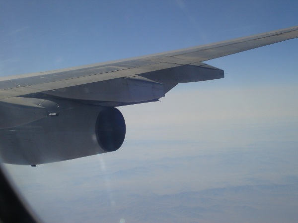 機内から見えるA340-300型機のCFM56エンジン