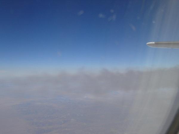機内から見える飛行機雲が出来る瞬間