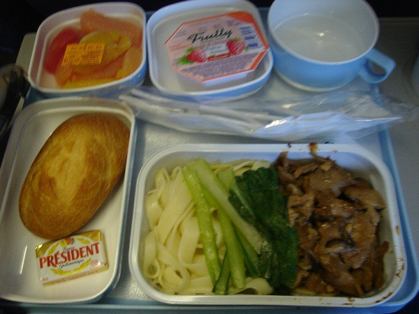 中国国際航空のパリ=北京間の機内食(麺)