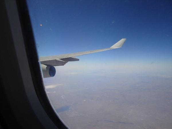 中国国際航空のA340-300型機の機内からの景色とエンジンと翼