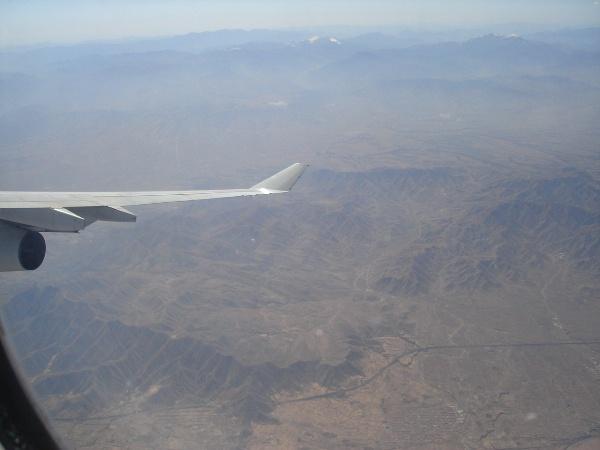 A340-300型機の機内からの景色とエンジンと翼