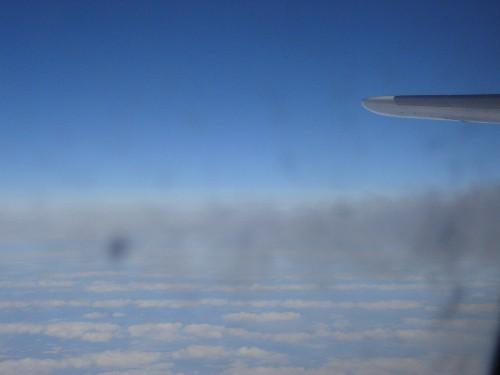A340-300型機の飛行中の機内から眺めた水平尾翼と飛行機雲が出来る瞬間