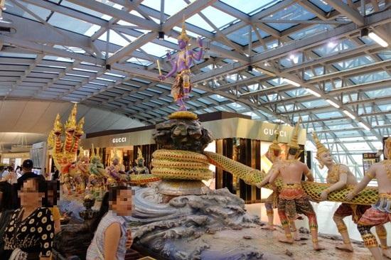 バンコク・スワンナプーム国際空港内に鎮座するモニュメント