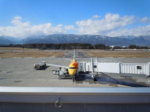 松本空港の展望デッキからFDA機を眺める