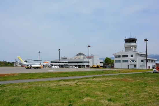 松本空港のターミナルビルと管制塔を絡めた様子