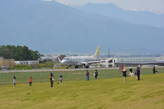 松本空港の丘スポットから見たFDA機到着時の様子