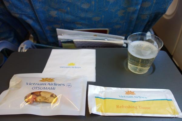 ベトナム航空の機内で提供されたスパークリングワインとおつまみ
