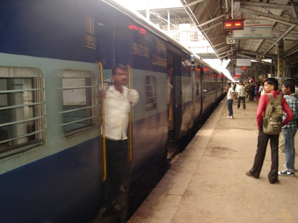 インドの寝台列車入線中の様子