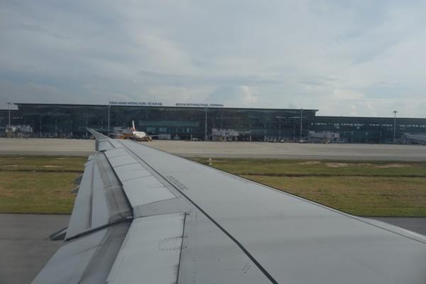 機内から見えるハノイ・ノイバイ国際空港のターミナルビル